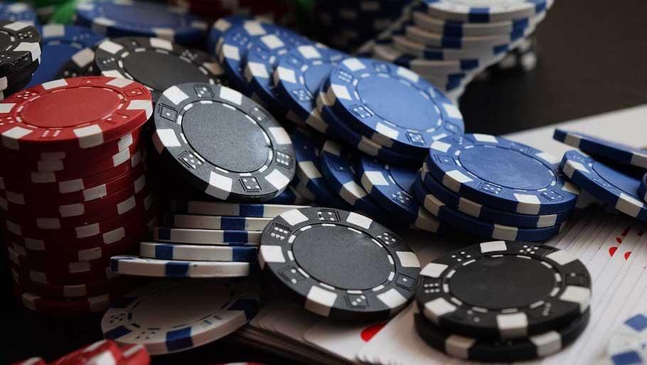 Police nabbed 13 persons Kalahar Bungalows for Gambling